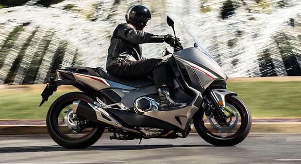 Honda integra 2016 il maxi scooter che sfida le moto ancora pi sofisticato - Casa kia malaga ...