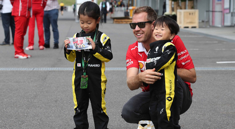 Sebastian Vettel con due piccoli fan