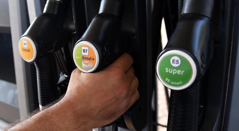 Aumentano i prezzi dei carburanti, la benzina anche sopra i 2 euro